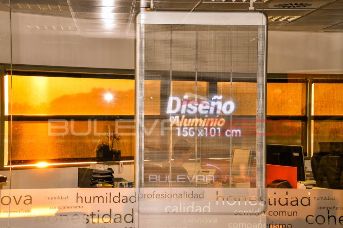 Diseño en aluminio, pantalla led transparente