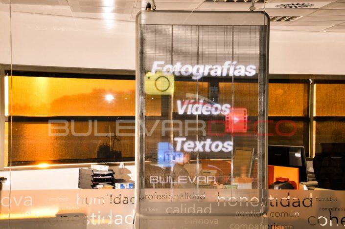Fotografías, vídeos, textos, en la pantalla led transparente